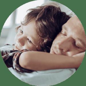 Copil care își îmbrățișează tatăl